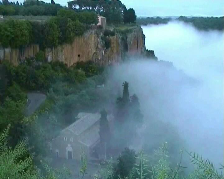 foto con nebbi a  della  valle Suppentonie  e basilica